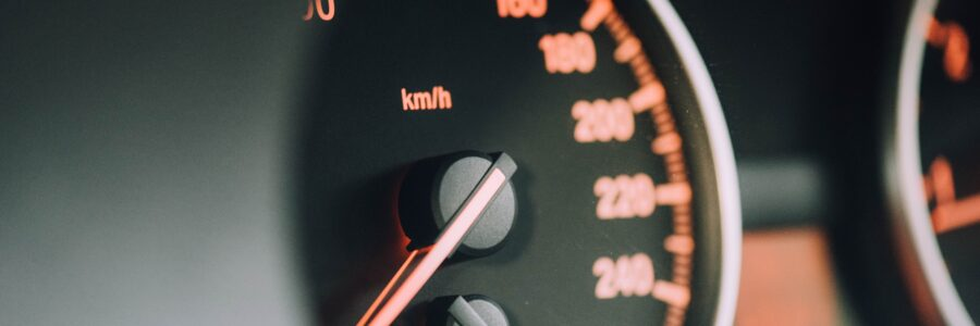 Automobili Tachimetro closeup photo of black analog speedometer