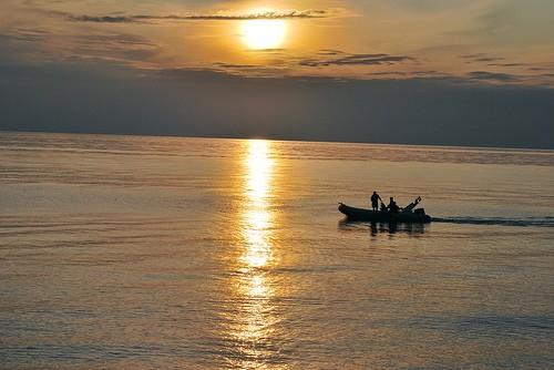 Particolare: gommone, tramonto